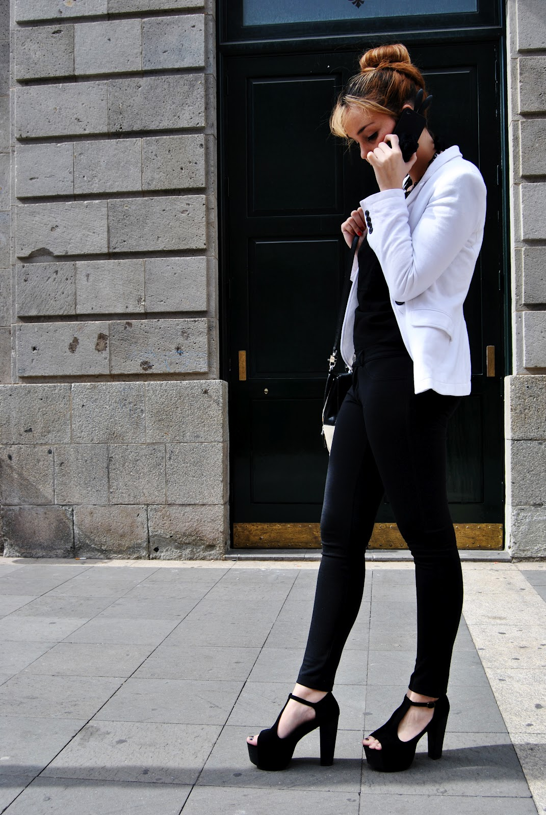 nery hdez, iphone case, leggins, white blazer, bussines look