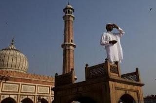 Musulmonas stebi mėnulio fazę