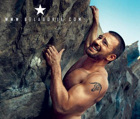 Hombre escalando montaña lleva tatuaje de toro en el hombro