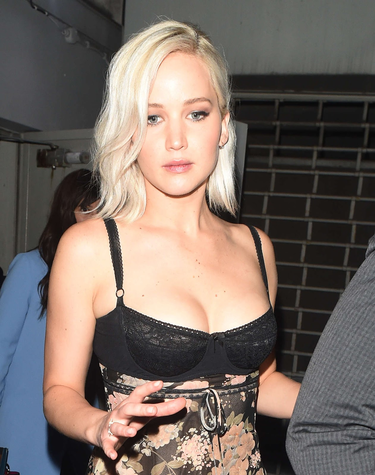 jennifer lawrence sexy cleavage pics 03