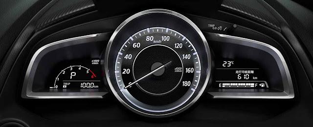 Đồng hồ tốc độ màu xám đơn giản cùng màn hình đa thông tin khá nhỏ