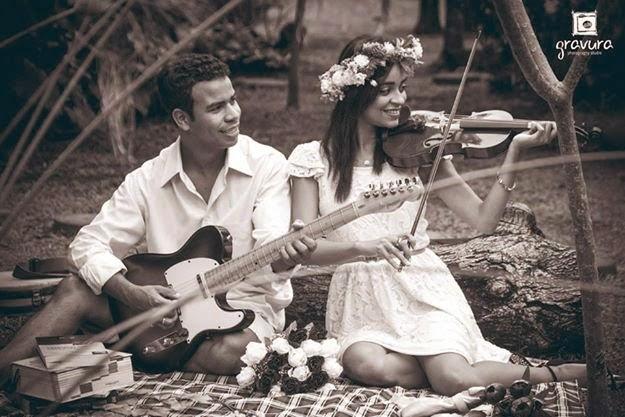 e-session de casal com instrumentos musicais