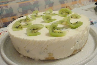 jogurtovyj-tort-s-kivi-i-bananom