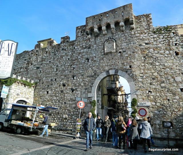 Porta Catania, um dos acessos ao núcleo medieval de Taormina, Sicília