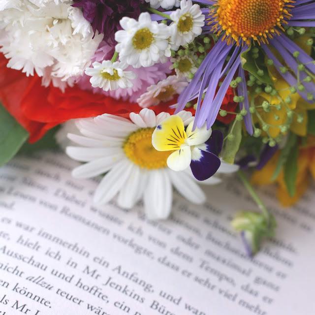 1000 Fragen an mich selbst #10 www.nanawhatelse.at Bücher und Blumen - das Rezept zum Glücklichsein.