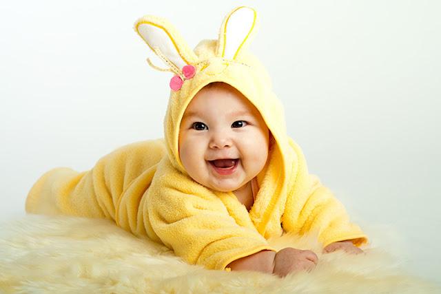 صورة طفل يرتدي سترته الصفراء
