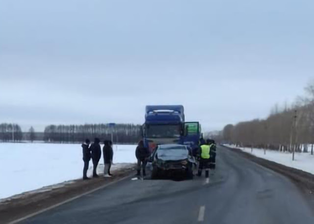 В Башкирии произошло лобовое столкновение иномарки и грузовика