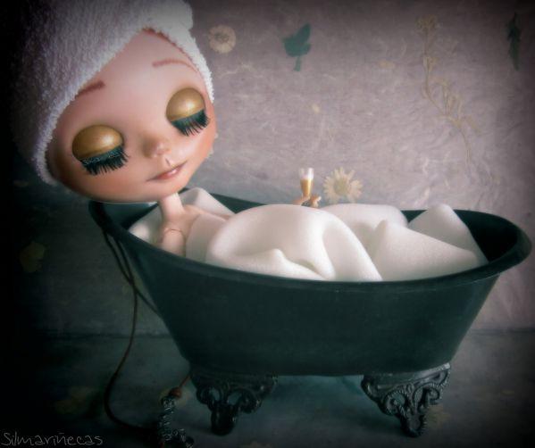 Caty basaak doll en la bañera encontrada en la feria de desembalaje bilbao