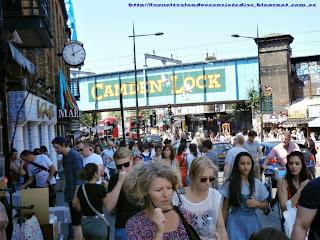 Multitud de personas en Camden High Street.