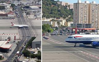 Duas fotos lado a lado. À esquerda, no atípico aeroporto de Gibraltar, um avião a jato taxiando na pista, no exato cruzamento de uma larga avenida da cidade. Em ambos os lados da avenida, automóveis e ônibus parados aguardam a passagem da aeronave. À direita, foco na dianteira do jato da British Airways taxiando e cruzando sobre a avenida; ao fundo, o trânsito parado e à direita, um posto de gasolina e fachadas de prédios.