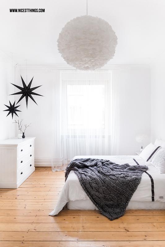 weißes Schlafzimmer mit Vita Eos Lampe und Chunky Knit Decke