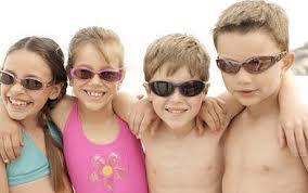 Ar trebui copilul meu să poarte ochelari de soare?