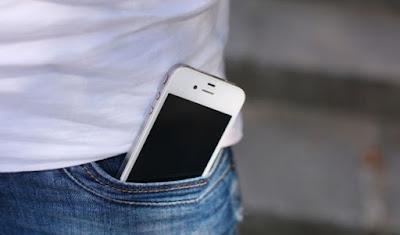 Sering Mengantongi Ponsel di Saku Celana? Simak Bahayanya Berikut Ini