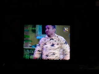 rottenmangoman analyses what could be the reason for the abysmal Kapil Sharma Show - Image of audience member in Kapil Sharma Show dressed in a yellow shirt with stars drawn all over it like a joker