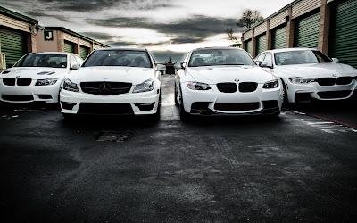 Coches de color blanco modernos al lado de garajes