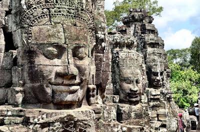 Tres de las 216 intimidantes cabezas del templo de Angkor Thom, otrora llamado templo de Jayagiri