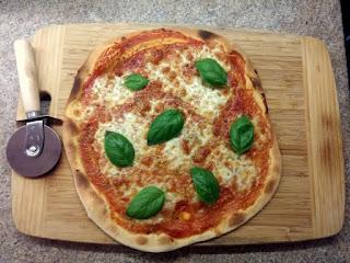 Pizza Margherita gotowa do pokrojenia