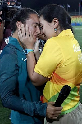 Rio Olympics: Gay Olympics worker proposes to her Brazilian rugby player girlfriend on rugby pitch (photos)