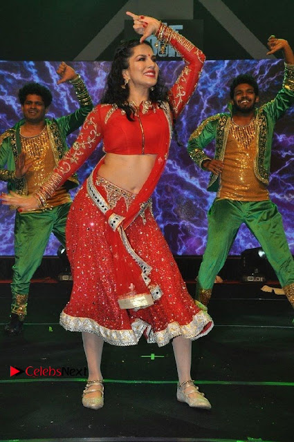 Bollywood Actress Model Sunny Leone Dance Performance in Red Half Saree at Rogue Audio Launch 13 March 2017  0020.jpg