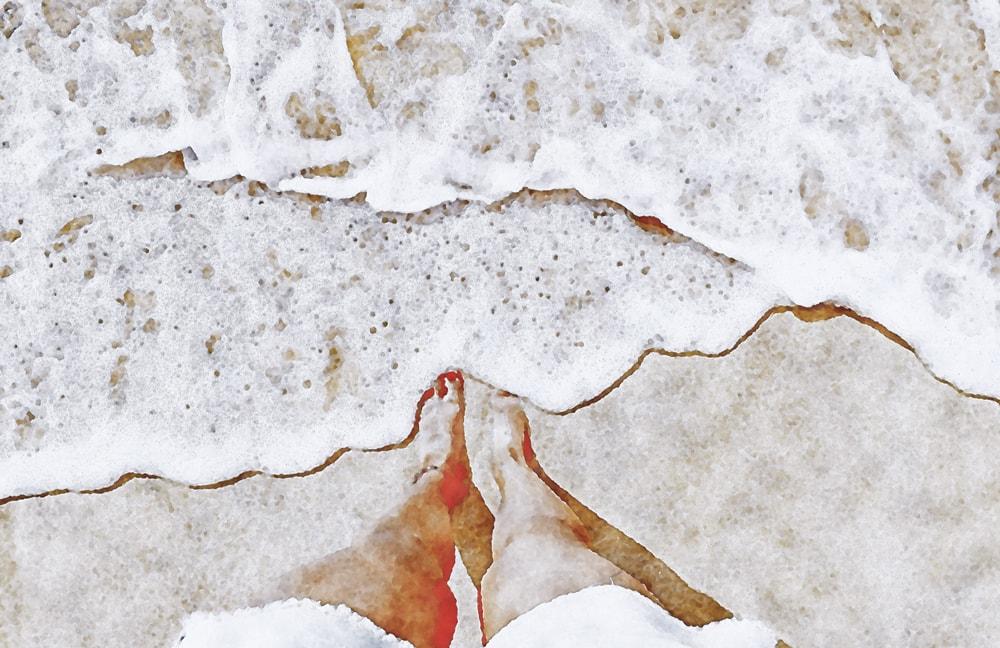 水彩画の波打ち際の女性の足
