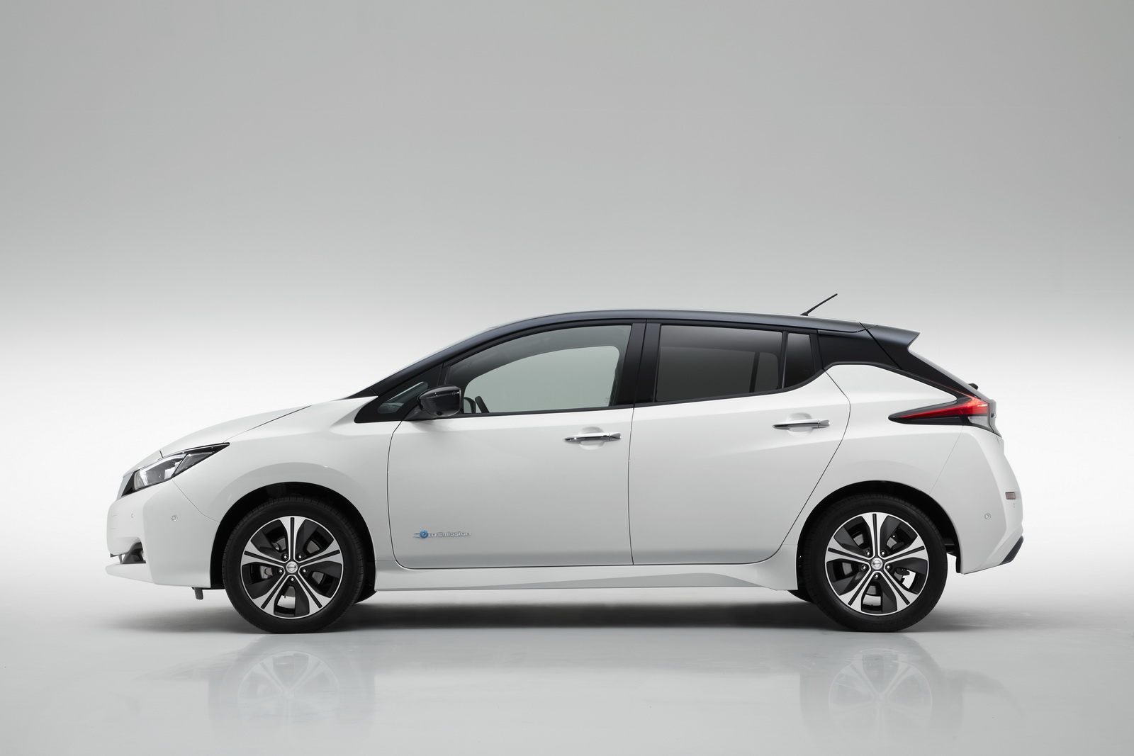new nissan leaf officially launched in europe launch edition priced from 26 490 in the uk. Black Bedroom Furniture Sets. Home Design Ideas