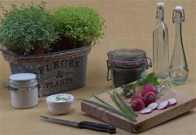botol berbentuk unik dapat ditaruh di antara properti lainnya pada suatu meja yang di taruh di susut dapur