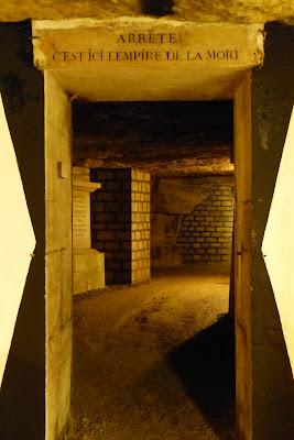 Catacombes Paris portique Arrête c'est ici l'empire de la mort