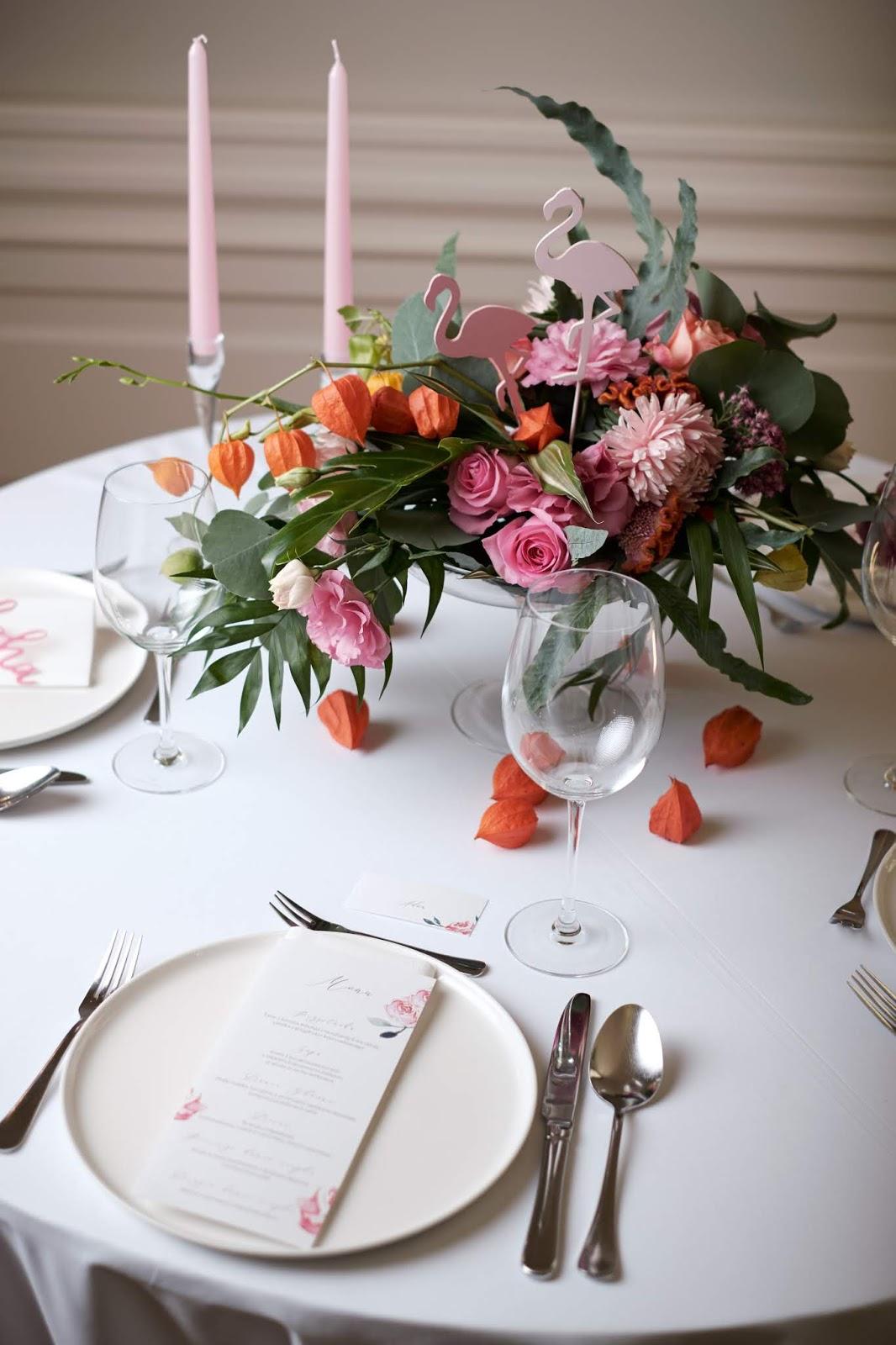 Flamingowy róż na stołach weselncyh.