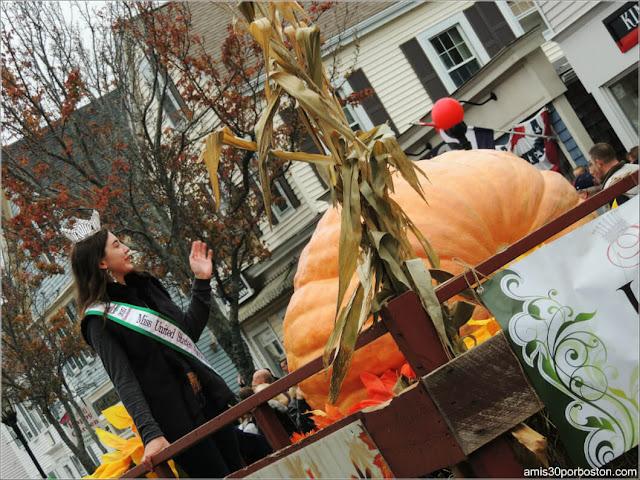 Reina Fiestas en el Desfile de Acción de Gracias en Plymouth, Massachusetts