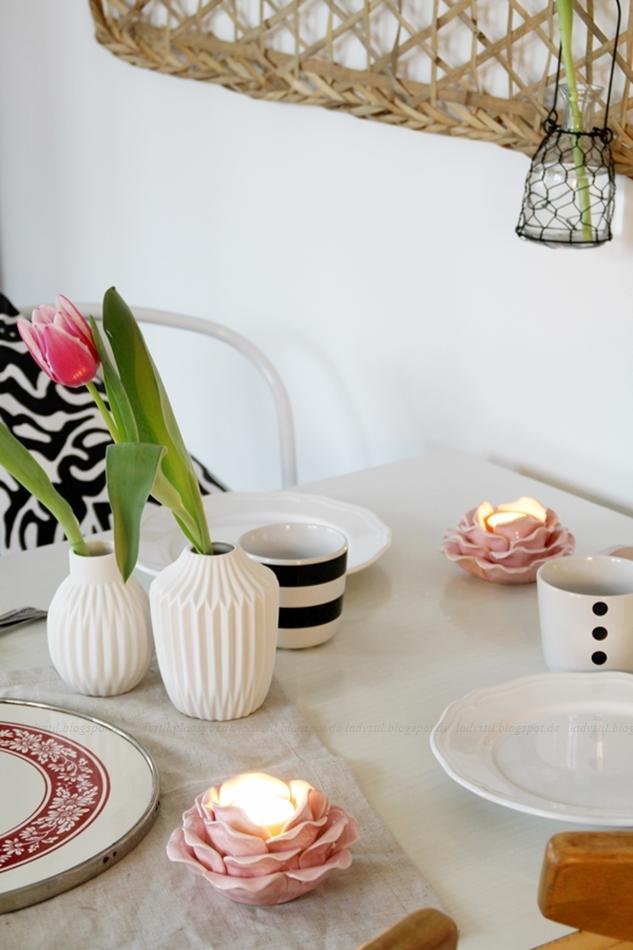 Deko Donnerstag! Heute mit einem vintage Küchentisch, der Kindheitserinnerungen weckt und stylischer Tischdeko! Blick auf den Tisch mit Augenmerk auf zwei weißen Vasen