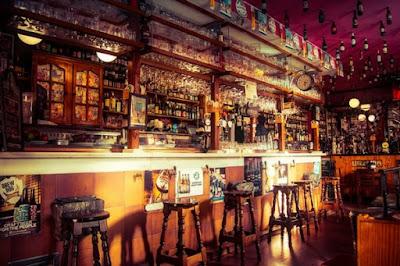 Bar con marcas de cerveza