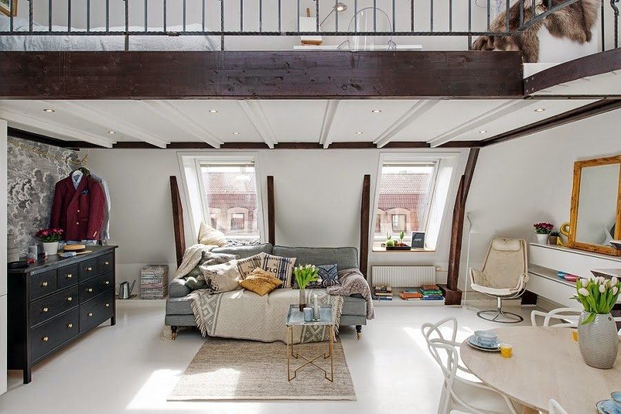 Białe mieszkanie na poddaszu, wystrój wnętrz, wnętrza, urządzanie domu, dekoracje wnętrz, aranżacja wnętrz, inspiracje wnętrz,interior design , dom i wnętrze, aranżacja mieszkania, modne wnętrza, salon, białe wnętrza, kanapa