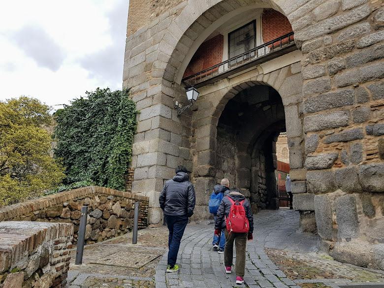 通過 Puerta de Valmardon,往城內高處走