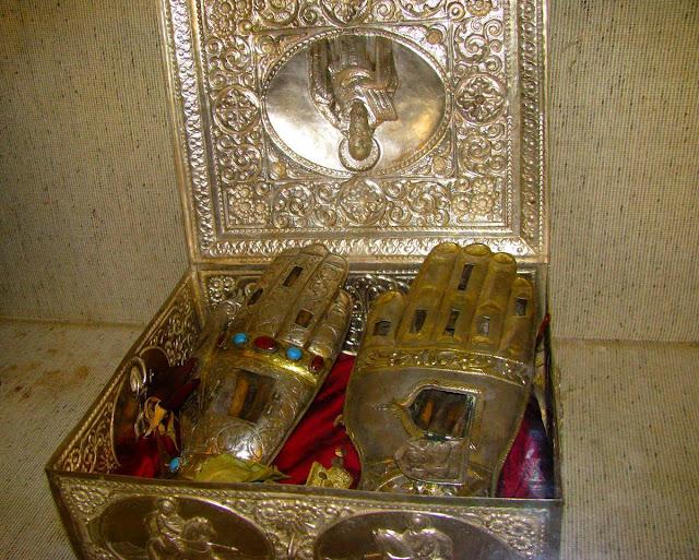 Το λείψανο του δεξιού χεριού των Αγίων Θεοδώρων Στρατηλάτου και Τήρωνος. https://leipsanothiki.blogspot.be/