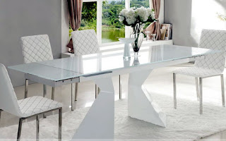 обеденный стол из белого стекла