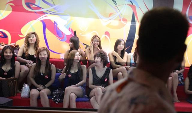 Cewek Kaca / Gadis-Gadis Dijajakan untuk penghibur diatas ranjang foto sumber google.com