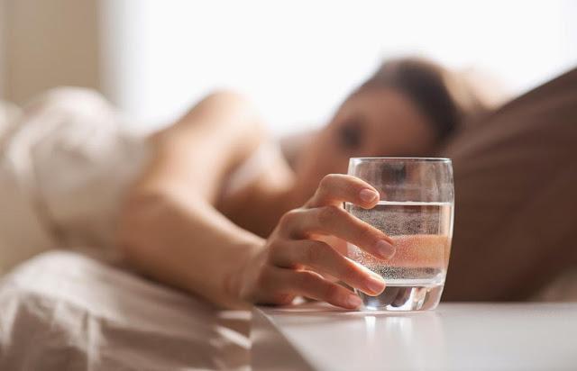 Ini Manfaat Mengejutkan Minum Air Putih Sebelum Tidur