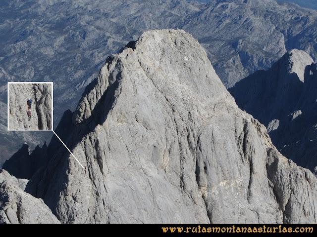 Ruta Cabrones, Torrecerredo, Dobresengos, Caín: Vista desde el Torrecerredo del Pico Cabrones