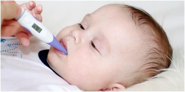 memandikan bayi saat demam