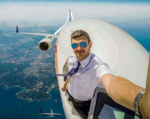 Homem fazendo selfie em pleno voo