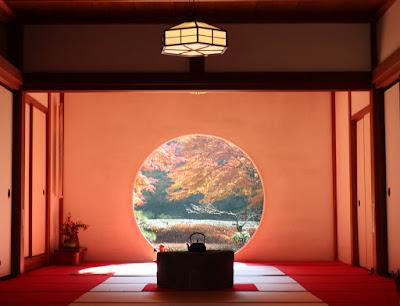 悟りの窓と呼ばれる壁にある円形の窓