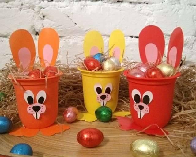 Ide membuat kerajinan dari gelas yogurt untuk anak-anak berbentuk kelinci