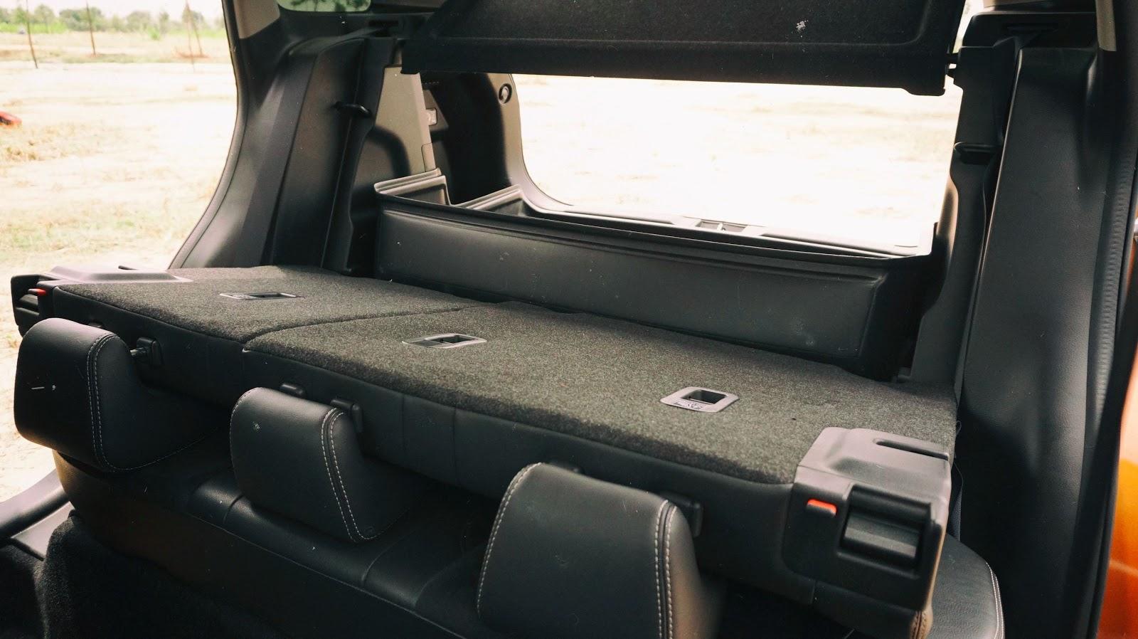 Nếu hạ hàng ghế thứ hai xuống, dung tích có thể tăng lên đến hơn 700 lít, lúc đó có thể làm giường ngủ luôn cũng được