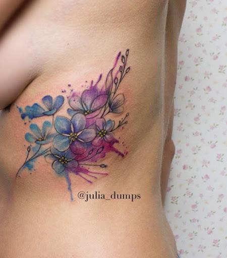 Azul sombreado tatuagem de flor de cerejeira. Não é sempre que você ver outras sombras sobre as flores de cerejeira, mas este projeto por Julia Despeja o torna mágico e interessante ao mesmo tempo. (Foto: Fontes de imagem)