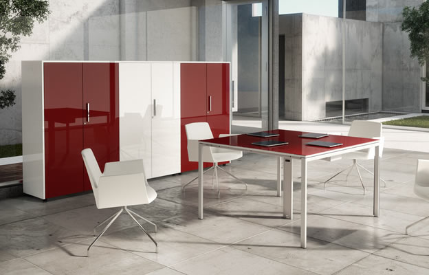 mesa cuadrada de despacho en alto brillo rojo chicanddeco