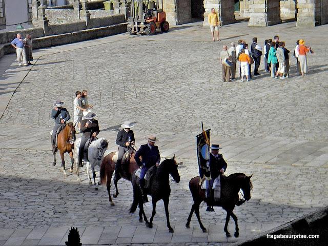 Caminho de Santiago, grupo de cavaleiros chegando à Praça do Obradoiro