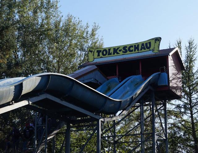 Die Tolk-Schau: Ein spannender Familien-Freizeitpark für Groß und Klein. Wir haben mit vier Erwachsenen und vier Kindern die Tolk-Schau bei Schleswig besucht und unglaublich viel erlebt. Kommt mit, ich nehme Euch mit auf unseren Familien-Ausflug durch diesen spannenden Freizeitpark und zeige Euch auf Küstenkidsunterwegs, was dort für Groß und Klein alles auf Euch wartet!