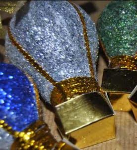 http://es.handspire.com/manualidades-de-navidad-adornos-con-bombillas-recicladas.html