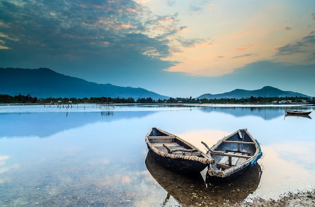 """Vịnh Lăng Cô có chiều dài 42,5 km, cách thành phố Huế hơn 60 km và cách Đà Nẵng 20 km. Năm 2009, Lăng Cô vinh dự nhận được danh hiệu """"Lăng Cô - Vịnh đẹp thế giới"""" do Câu lạc bộ các vịnh đẹp nhất thế giới (Worldbays) bình chọn. Du lịch Lăng Cô dù đã và đang thu hút du khách trong và ngoài nước, nhưng điểm đến này vẫn giữ được vẻ đẹp hoang sơ và quyến rũ như thuở đầu."""