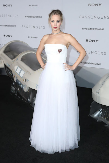 Hollywood Actress Jennifer Lawrence Looks Hot in White Gown
